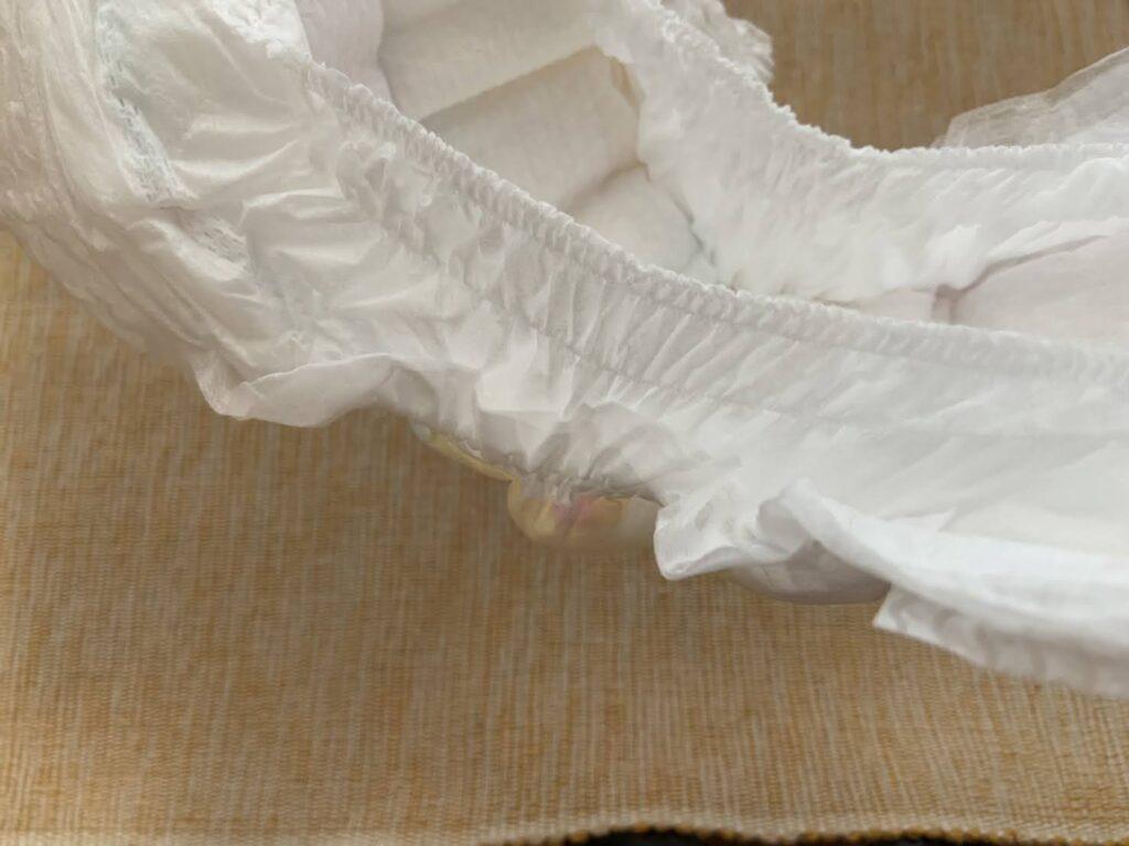 ミラフィールのおむつの内側の漏れ防止用ポケットの幅は、他のおむつに比べ明らかに広く、ギャザーも大きく厚くなっています。